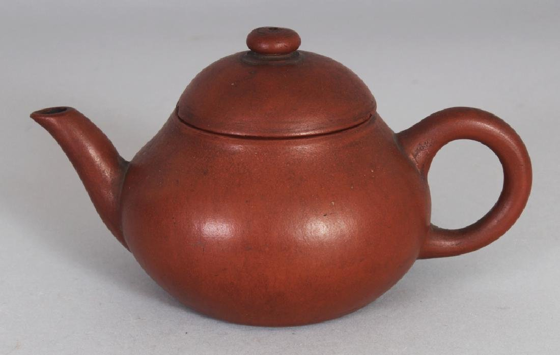 AN 18TH/19TH CENTURY CHINESE YIXING POTTERY TEAPOT &