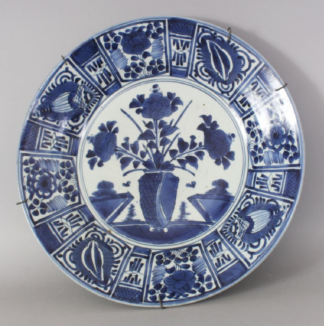 A LARGE 17TH/18TH CENTURY JAPANESE ARITA BLUE & WHITE
