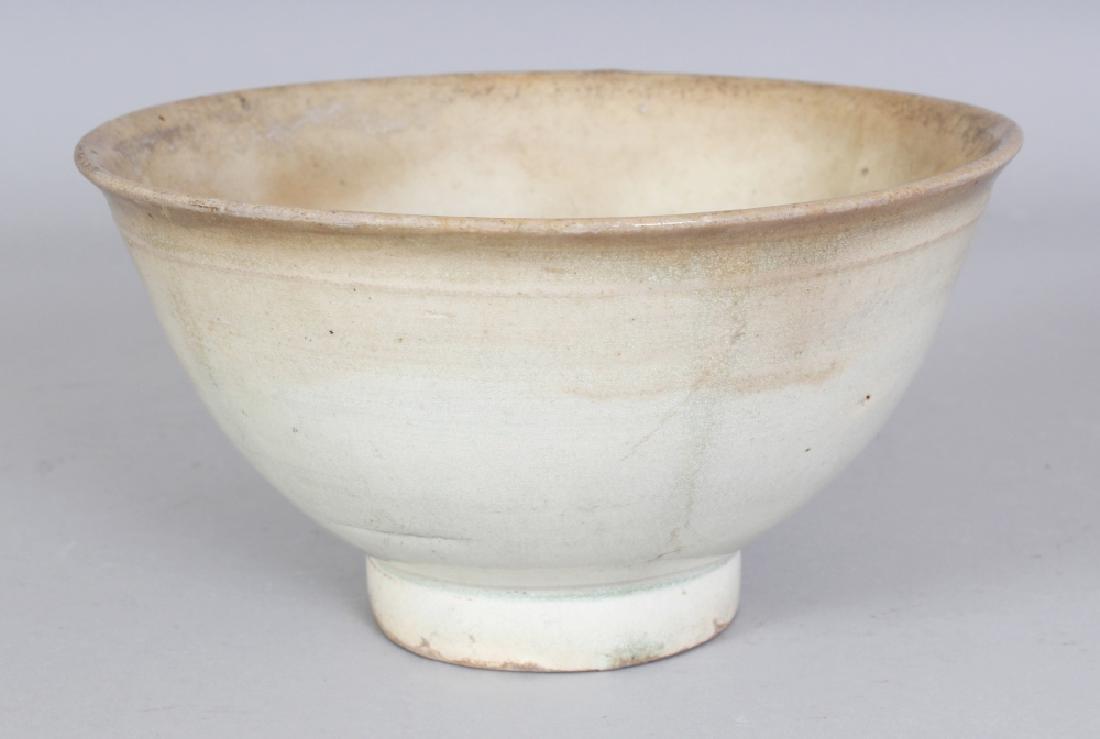 AN 18TH/19TH CENTURY KOREAN PORCELAIN BOWL, applied