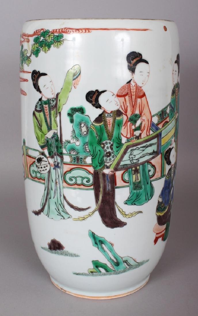 A 19TH CENTURY CHINESE FAMILLE VERTE PORCELAIN VASE,