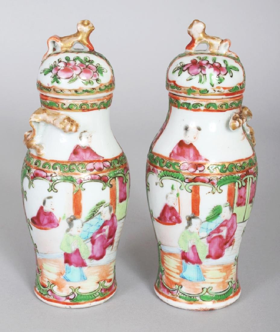 A SMALL PAIR OF 19TH CENTURY CHINESE CANTON PORCELAIN