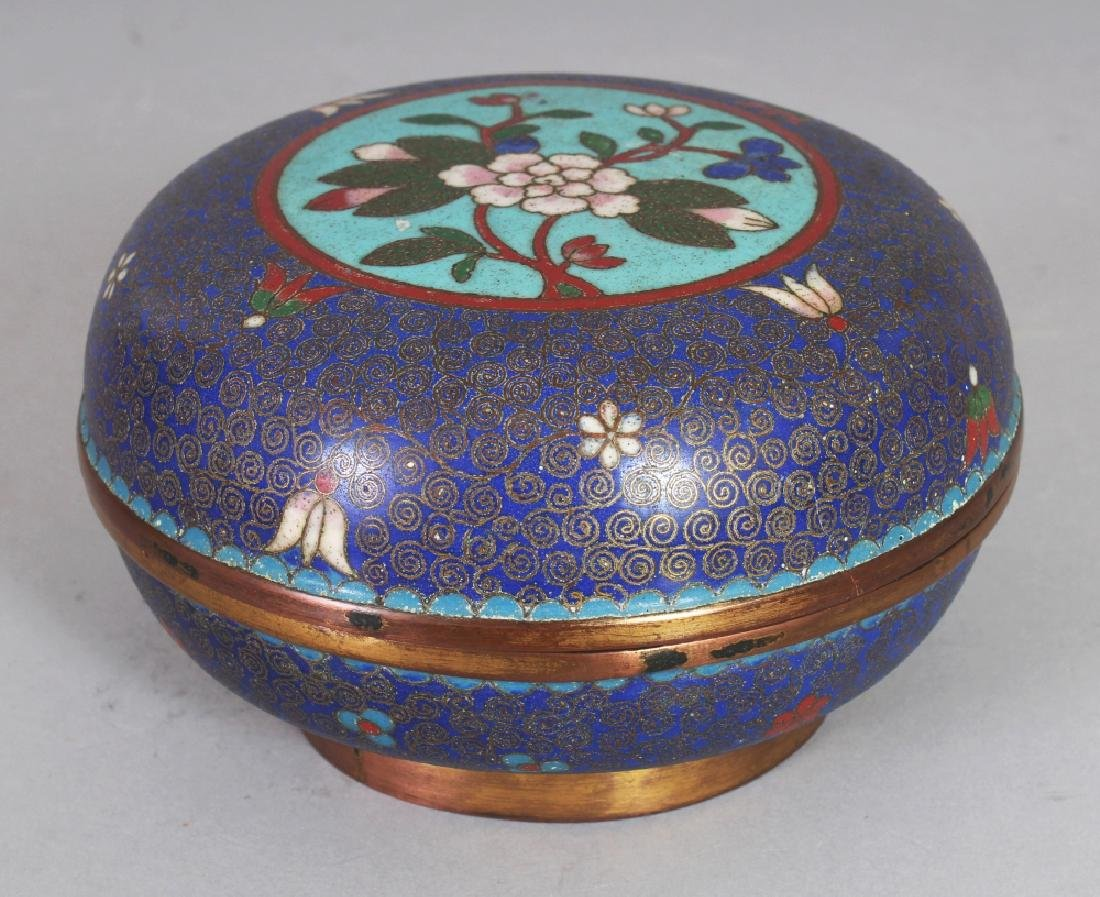 AN EARLY 20TH CENTURY CHINESE CLOISONNE CIRCULAR BOX &