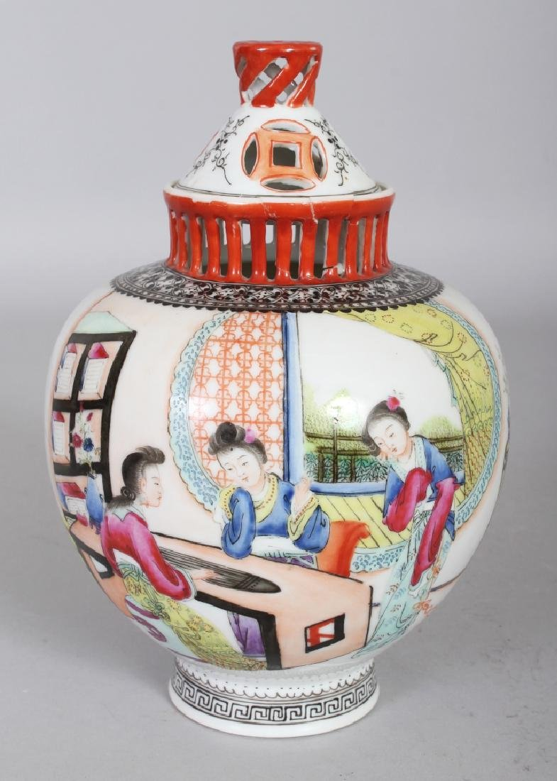 A 20TH CENTURY CHINESE FAMILLE ROSE PORCELAIN VASE &