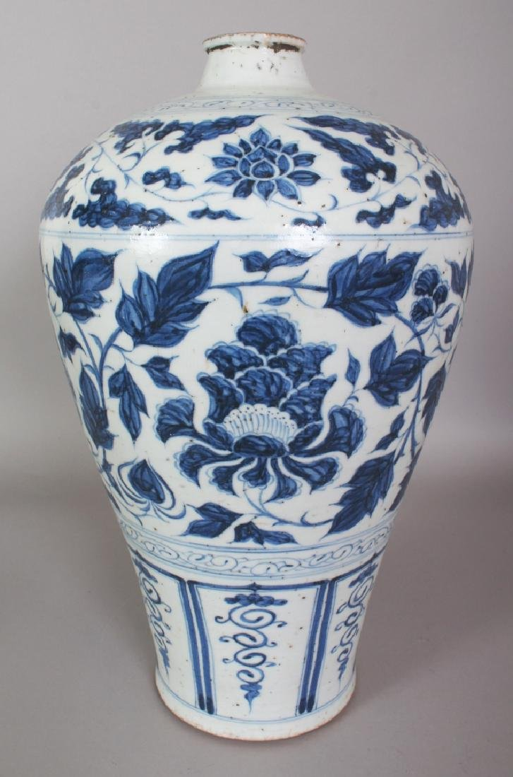 A LARGE CHINESE YUAN STYLE BLUE & WHITE PORCELAIN