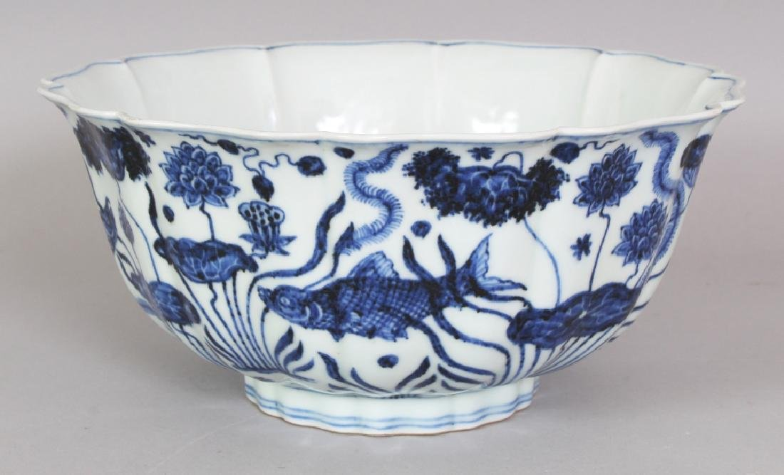A CHINESE MING STYLE PETAL LOBED PORCELAIN BOWL,