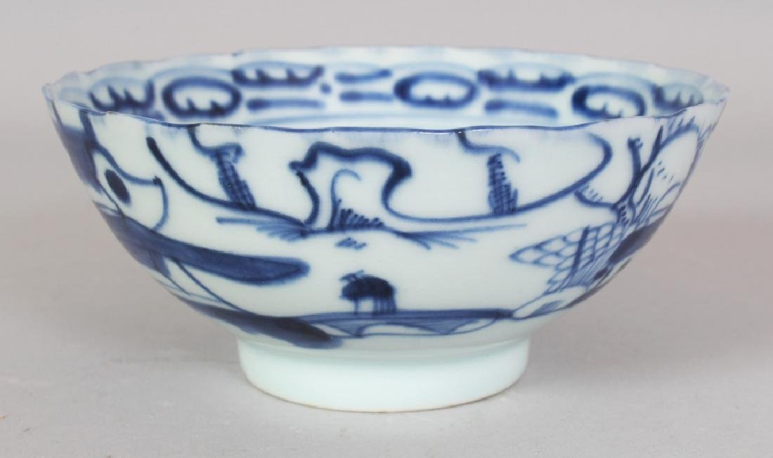 A SMALL 19TH CENTURY CHINESE BLUE & WHITE PORCELAIN