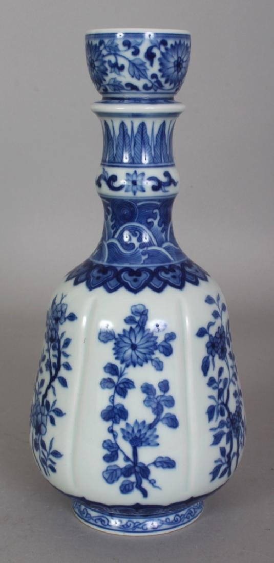 A CHINESE MING STYLE BLUE & WHITE PORCELAIN GUGLET,