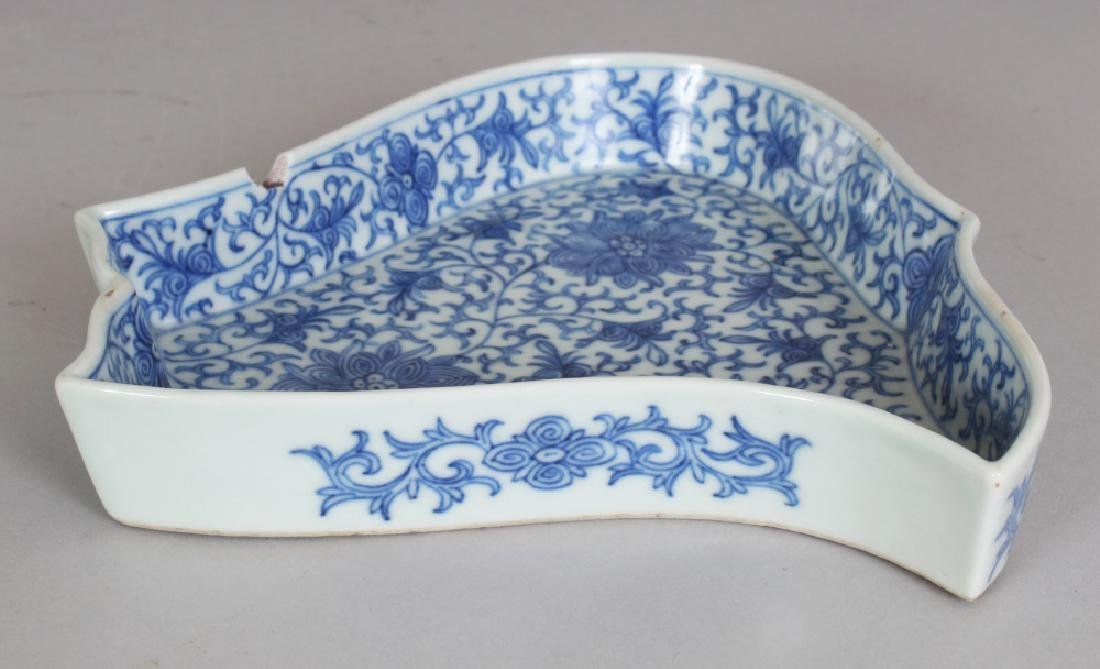 A LATE 19TH/EARLY 20TH CENTURY CHINESE BLUE & WHITE - 5