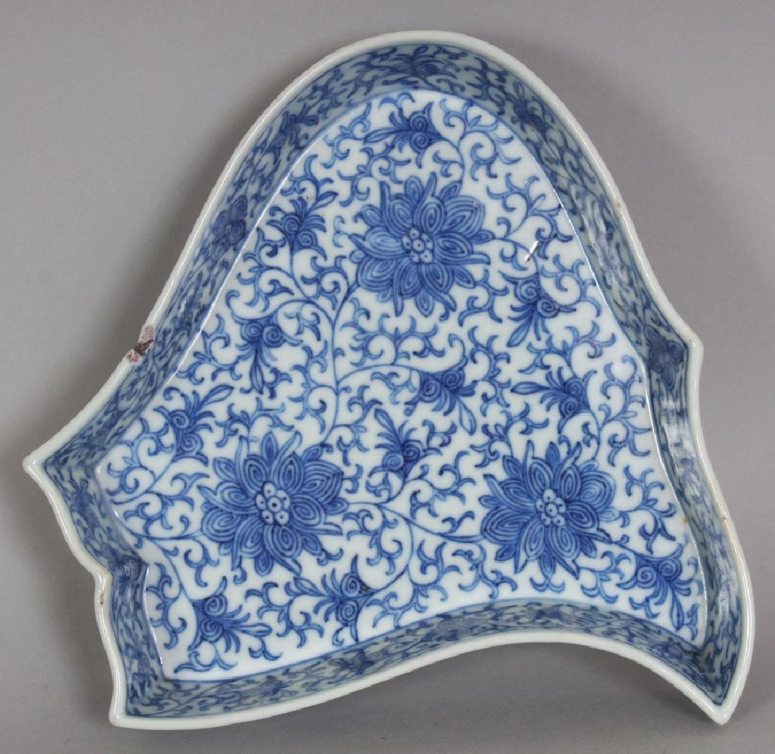 A LATE 19TH/EARLY 20TH CENTURY CHINESE BLUE & WHITE - 6