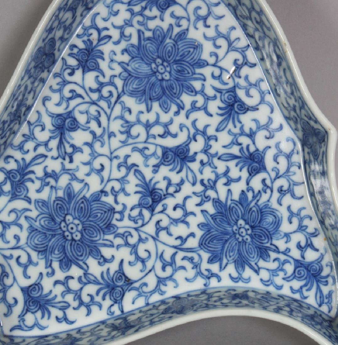 A LATE 19TH/EARLY 20TH CENTURY CHINESE BLUE & WHITE - 7