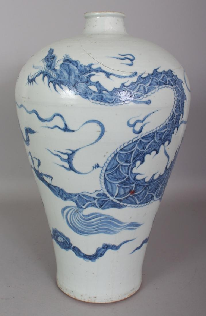 A CHINESE YUAN STYLE BLUE & WHITE MEIPING PORCELAIN