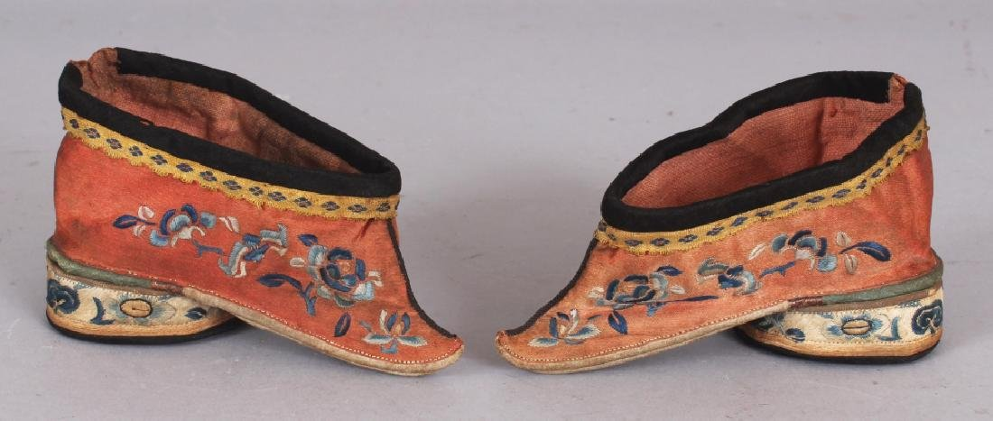 A PAIR OF EARLY 20TH CENTURY CHINESE EMBROIDERED SILK
