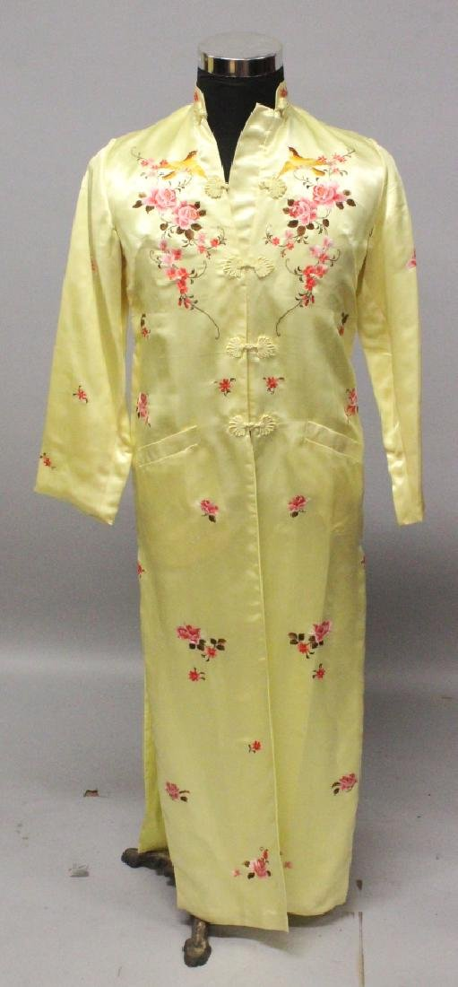 A 20TH CENTURY CHINESE YELLOW GROUND SILK GOWN,
