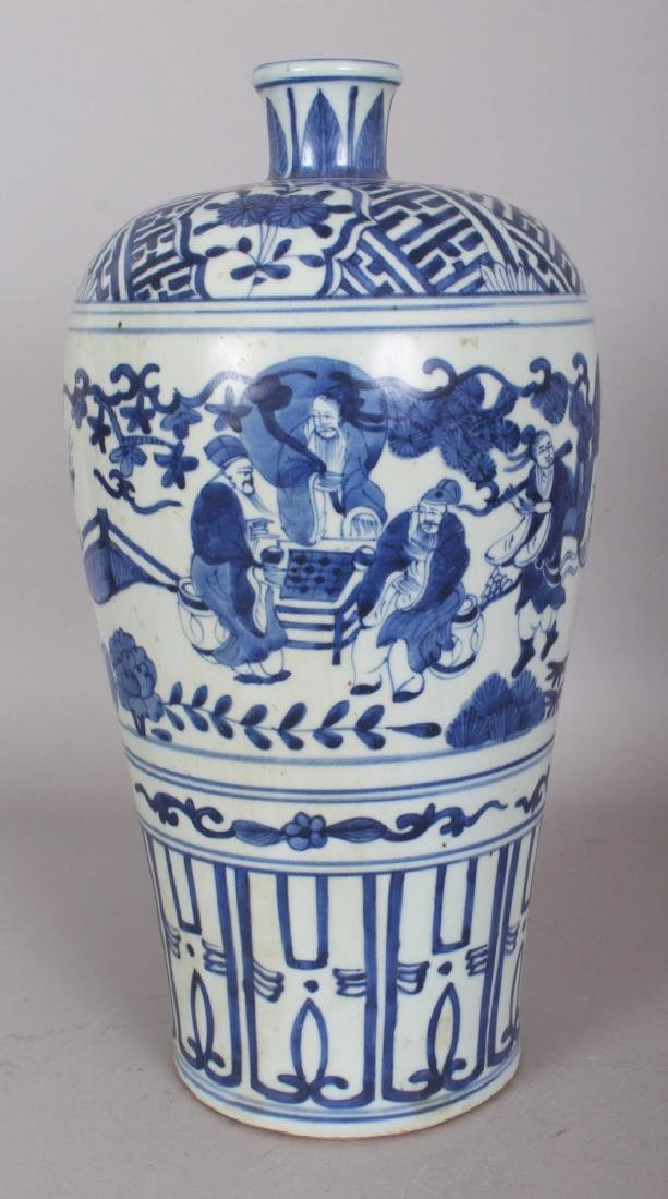 A CHINESE MING STYLE BLUE & WHITE MEIPING PORCELAIN