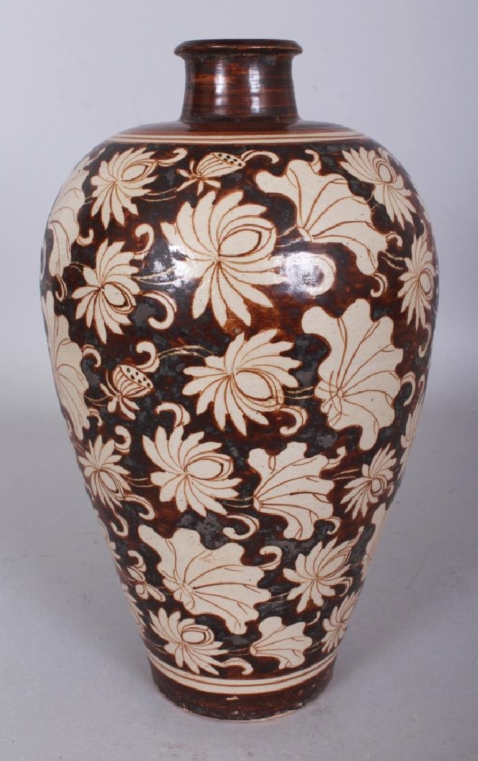 A CHINESE SONG/YUAN STYLE CIZHOU LOTUS DECORATED VASE,