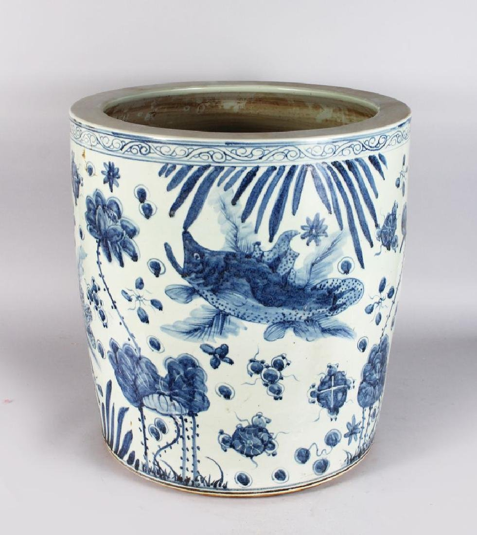 A LARGE CHINESE BLUE AND WHITE FISH BOWL/JARDINIERE