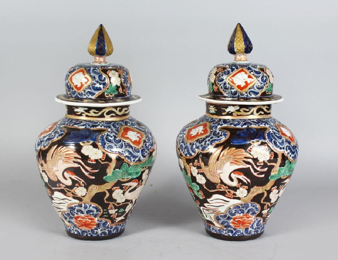 A PAIR OF JAPANESE IMARI STYLE VASES AND COVERS,