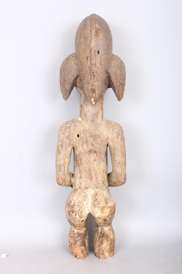 AN EARLY CARVED WOOD TRIBAL FIGURE with lime pigment. - 2