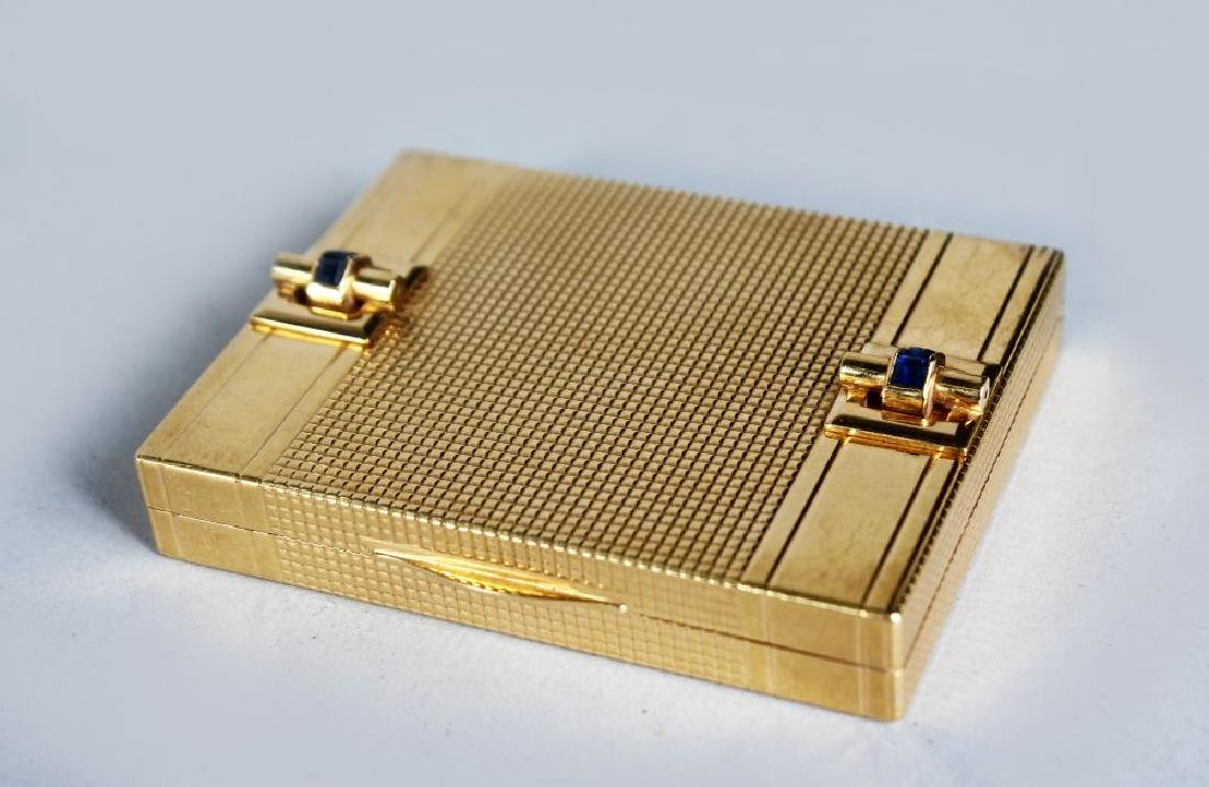 A GOOD ART DECO DESIGN GOLD COMPACT, with engine turned