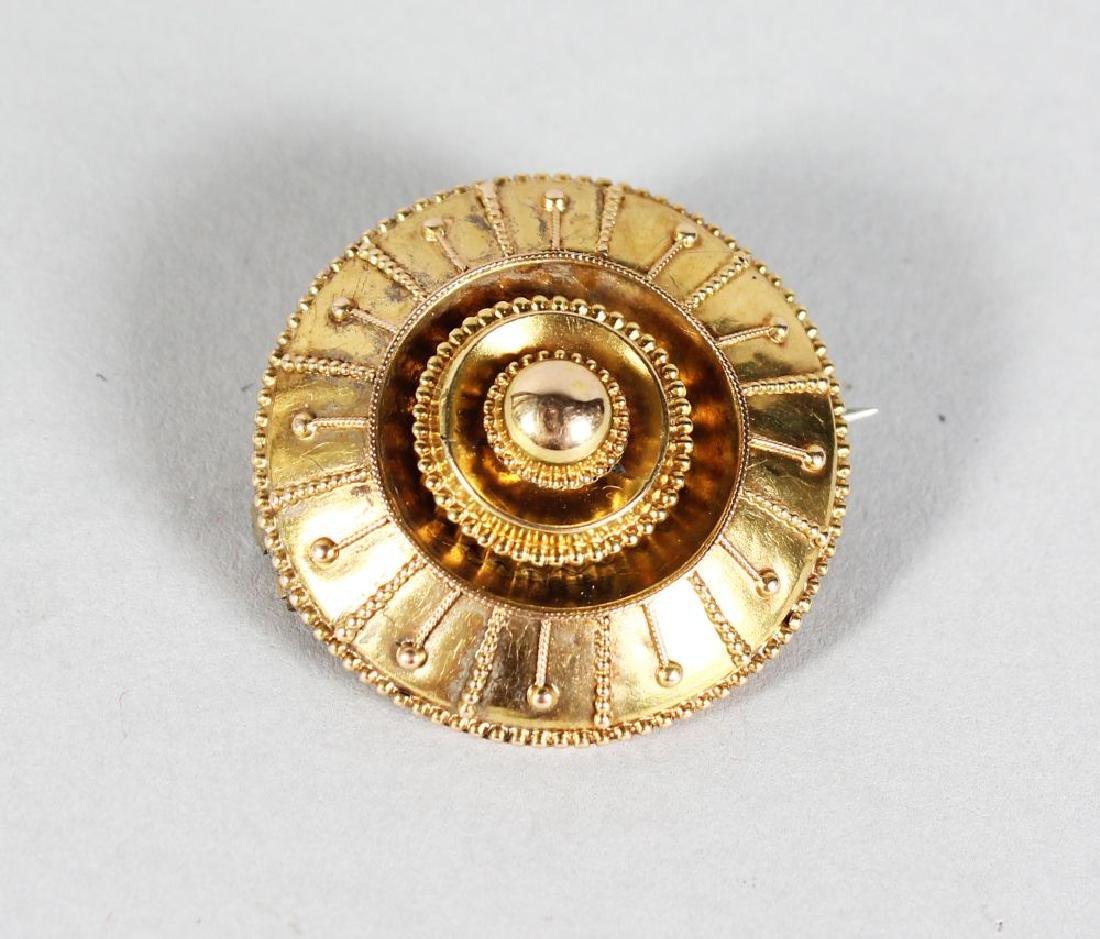 A GOLD CIRCULAR FILIGREE BROOCH