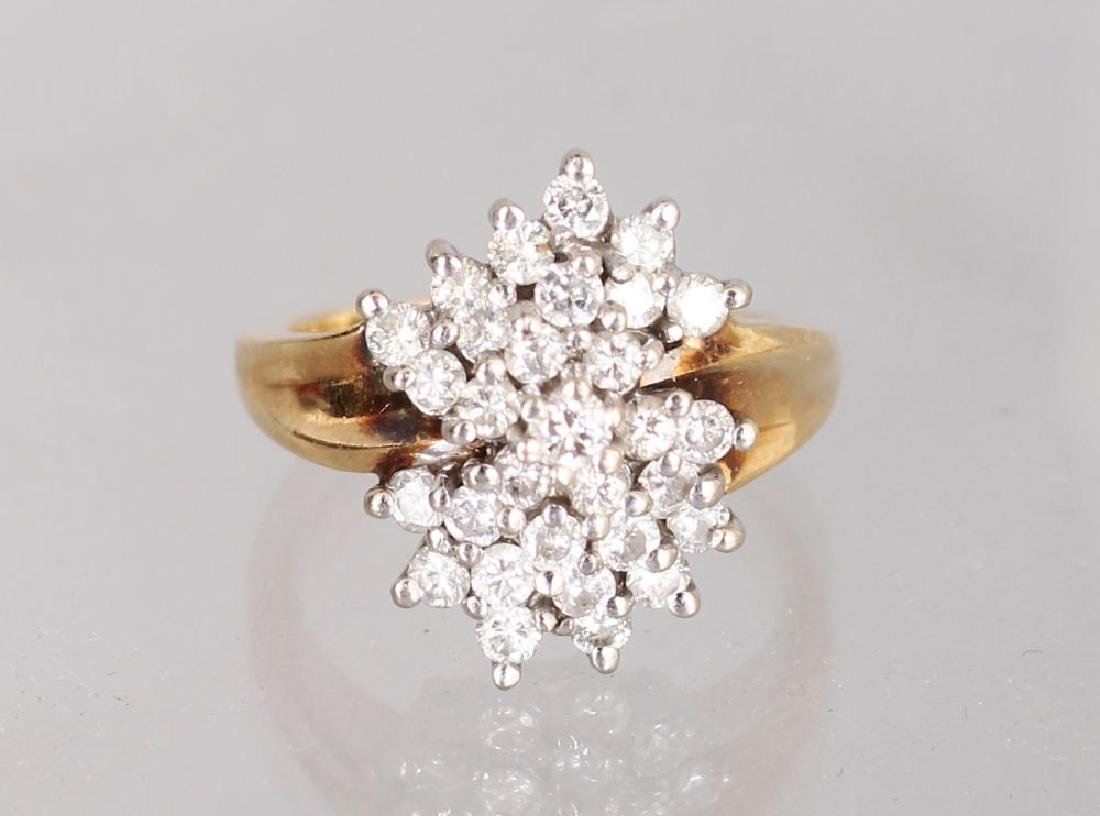 A 14K YELLOW GOLD AND DIAMOND CLUSTER RING.