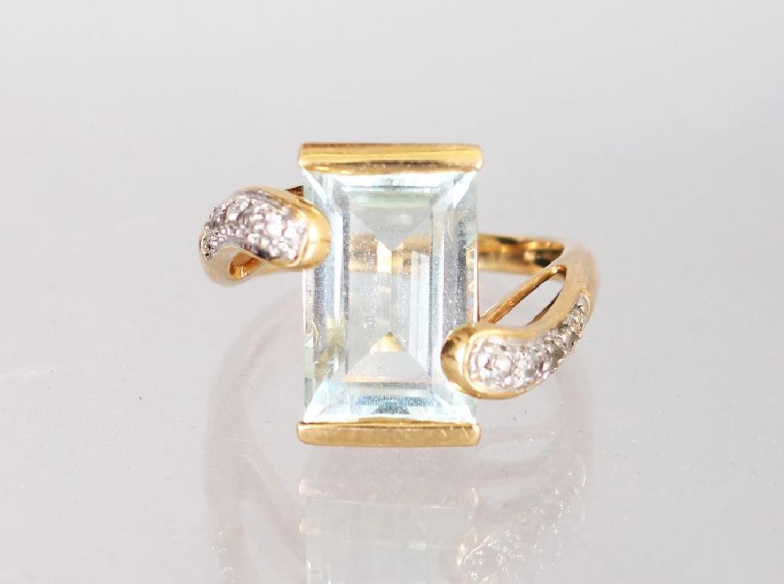 A 14K YELLOW GOLD AND AQUAMARINE RING, with diamond set