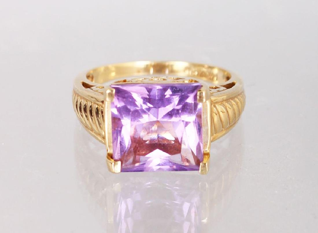 A 14K YELLOW GOLD AND AMETHYST RING.