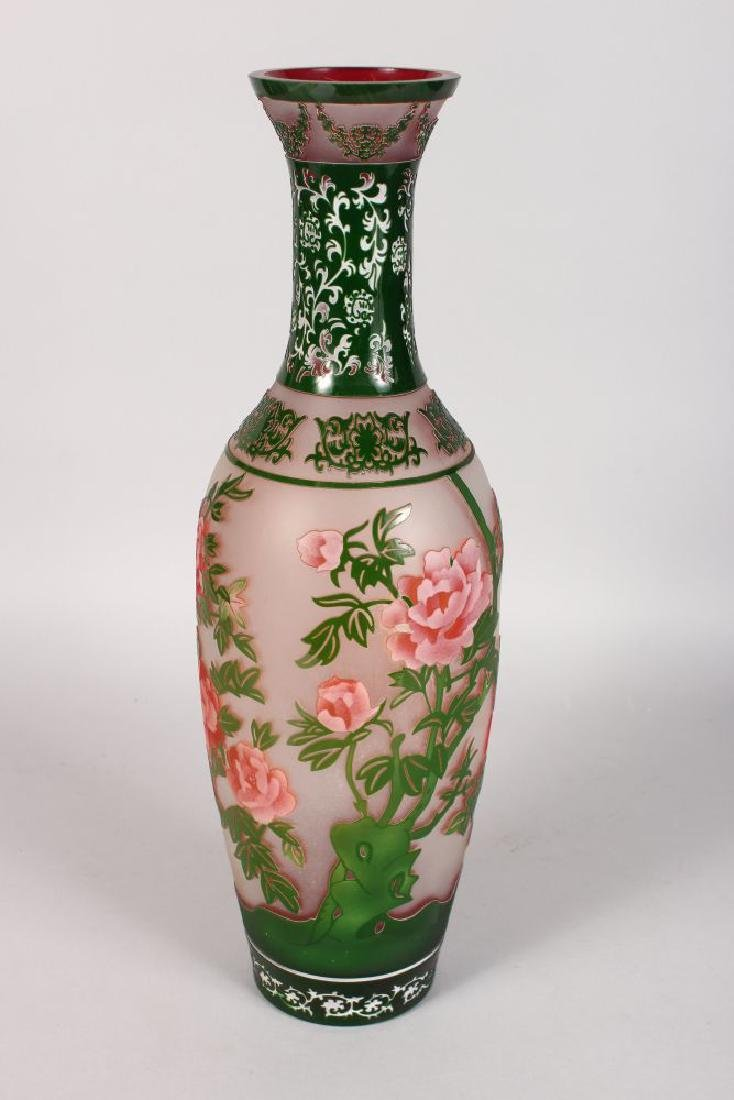 A LARGE PEKING GLASS TYPE VASE of Chinese design with - 2