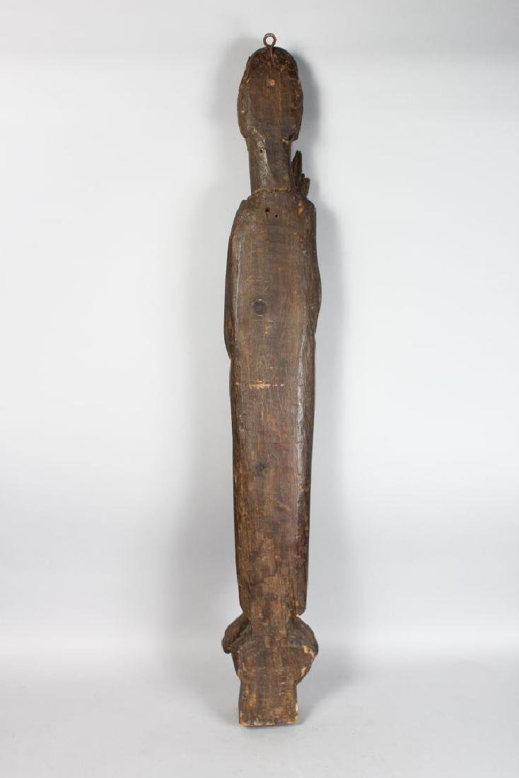 A LARGE EARLY CARVED WOOD SLENDER FIGURE OF A SAINT. - 3
