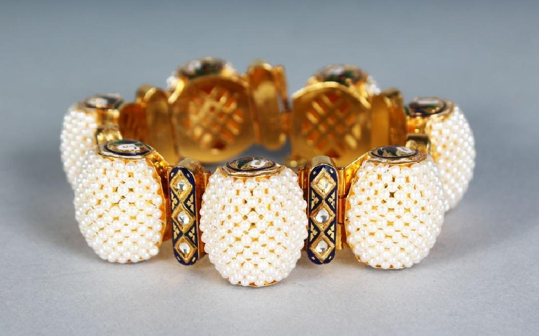 A VERY GOOD GOLD AND SEED PEARL BRACELET.