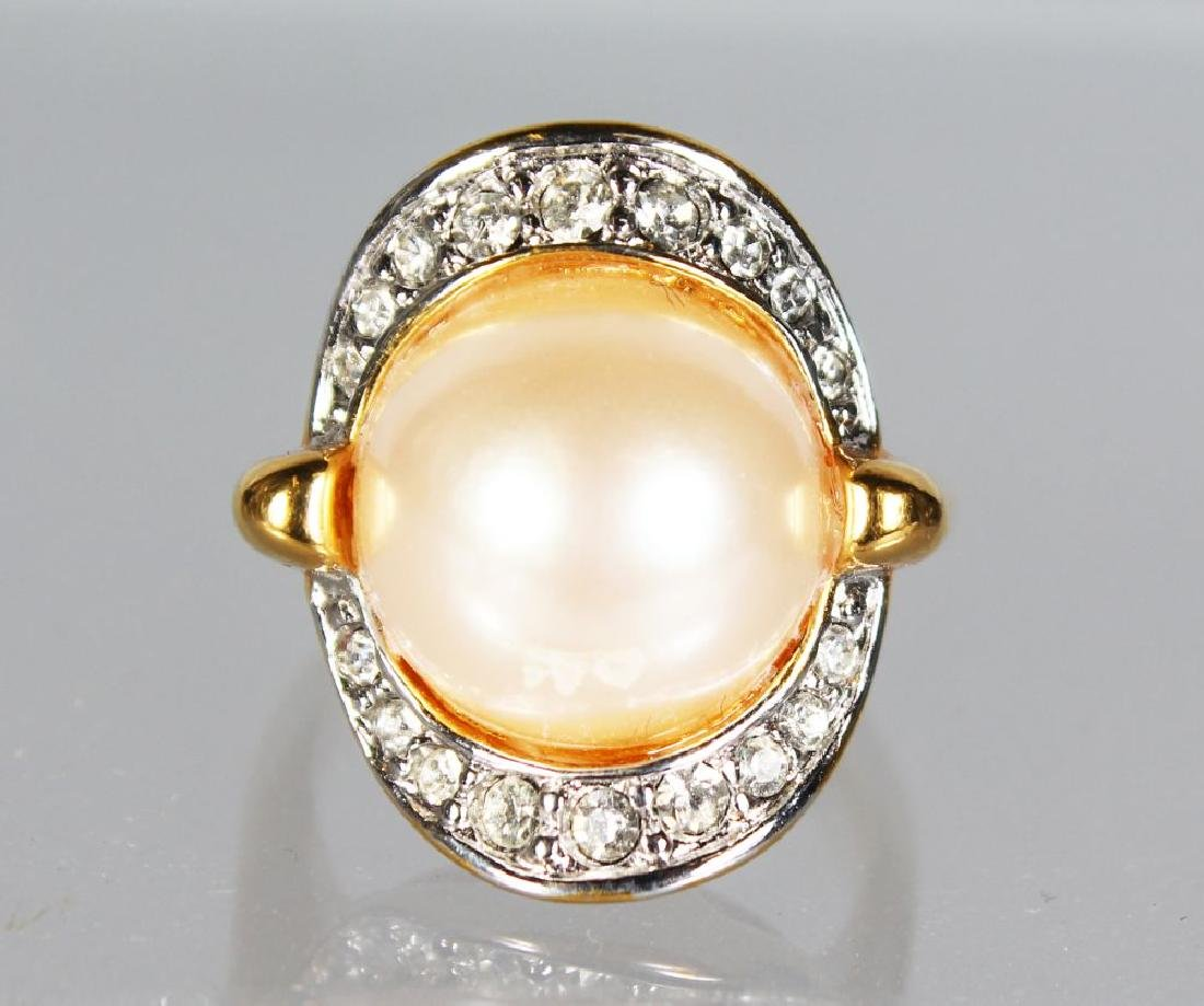 A 18CT GOLD PEARL RING.