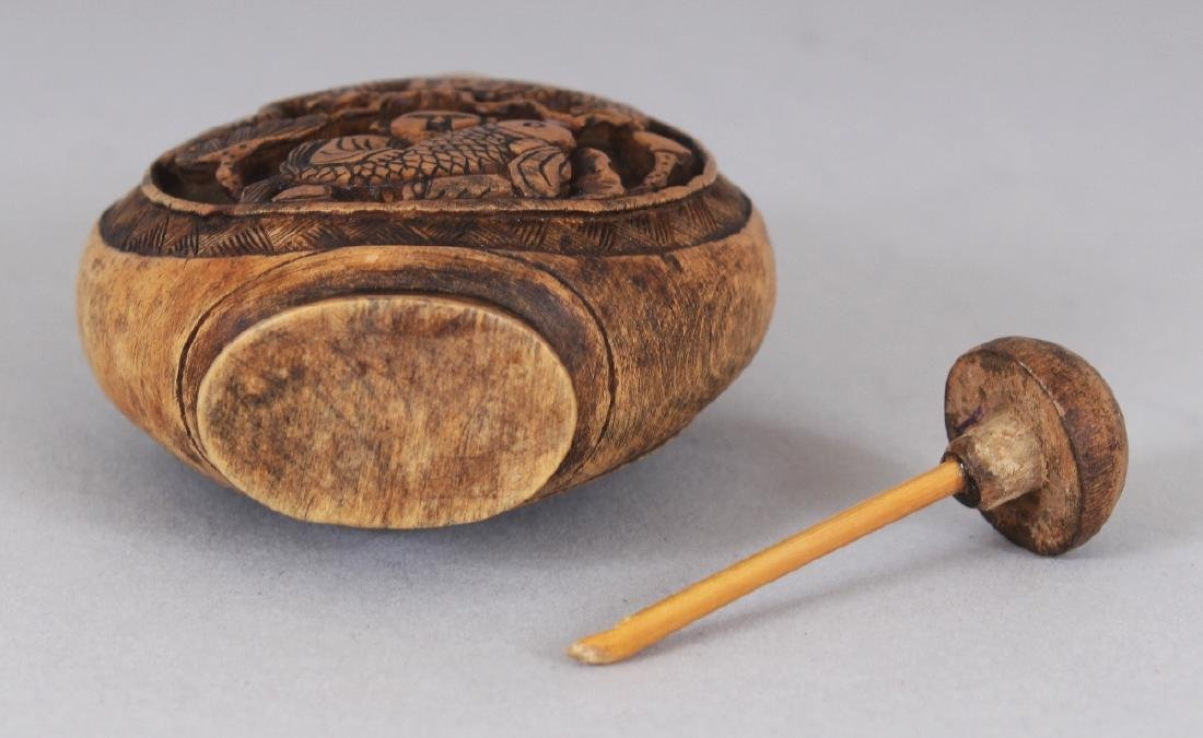 A CHINESE WOOD SNUFF BOTTLE & STOPPER, 2.75in high. - 5