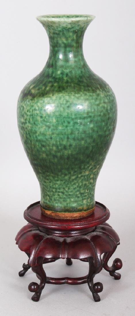 A GOOD 18TH CENTURY CHINESE GREEN GLAZED BALUSTER
