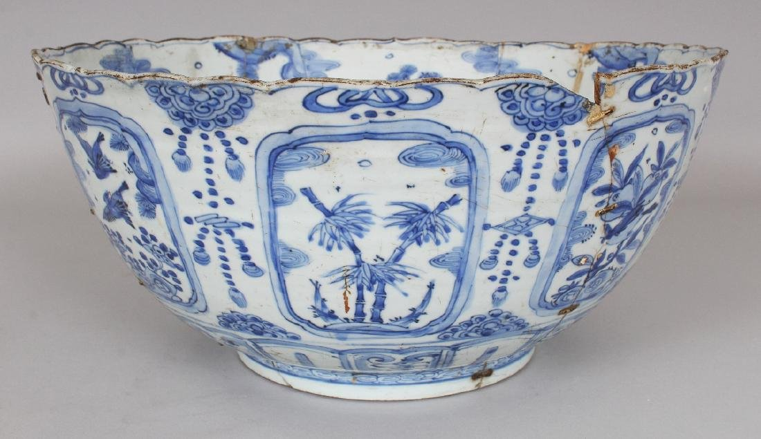 A LARGE CHINESE MING DYNASTY WANLI PERIOD BLUE & WHITE