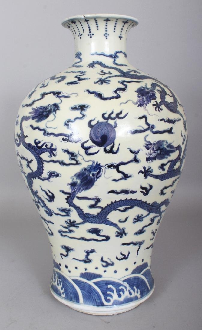 A LARGE 19TH CENTURY CHINESE BLUE & WHITE BALUSTER FORM
