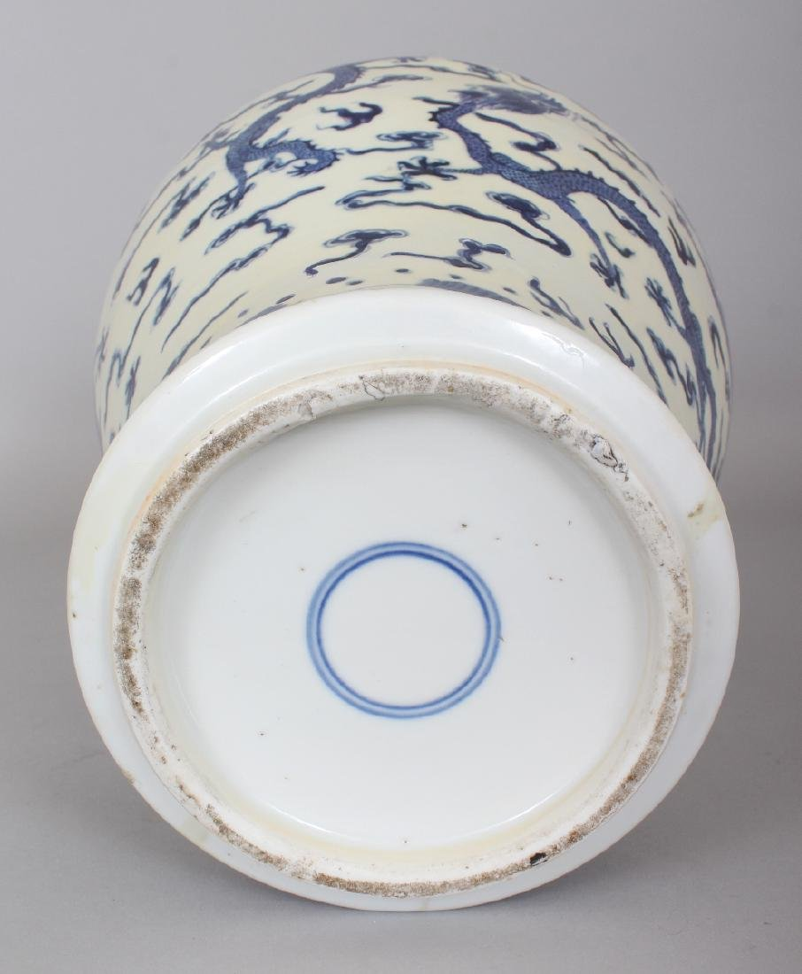 A LARGE 19TH CENTURY CHINESE BLUE & WHITE BALUSTER FORM - 5