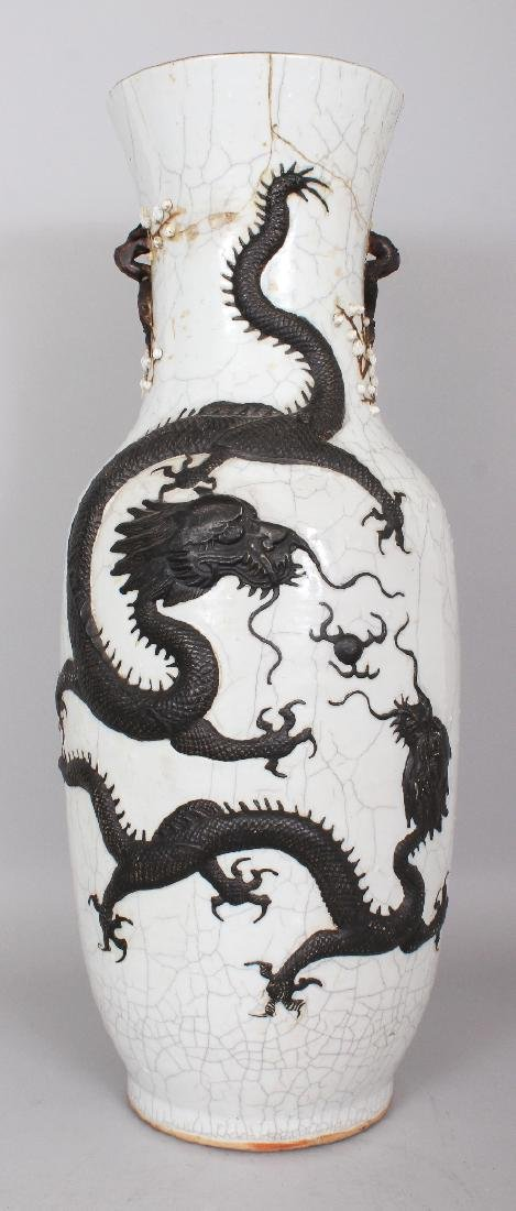 A LARGE 19TH CENTURY CHINESE CRACKLEGLAZE PORCELAIN