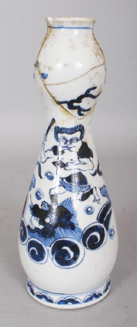AN EARLY 20TH CENTURY JAPANESE BOTTLE FORM VASE WITH A