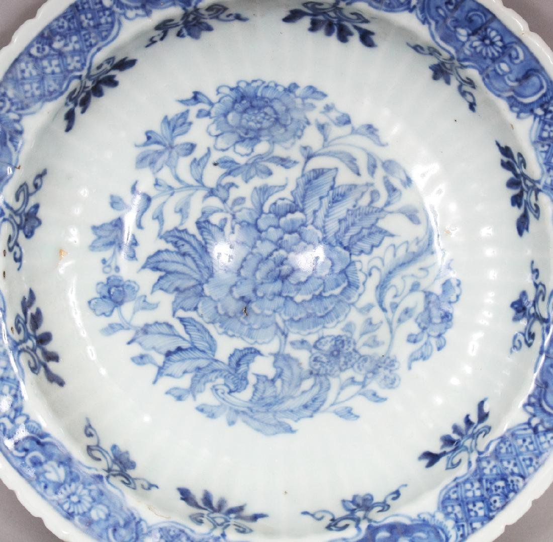 AN UNUSUAL EARLY 18TH CENTURY CHINESE BLUE & WHITE - 2