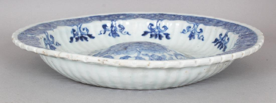 AN UNUSUAL EARLY 18TH CENTURY CHINESE BLUE & WHITE - 3