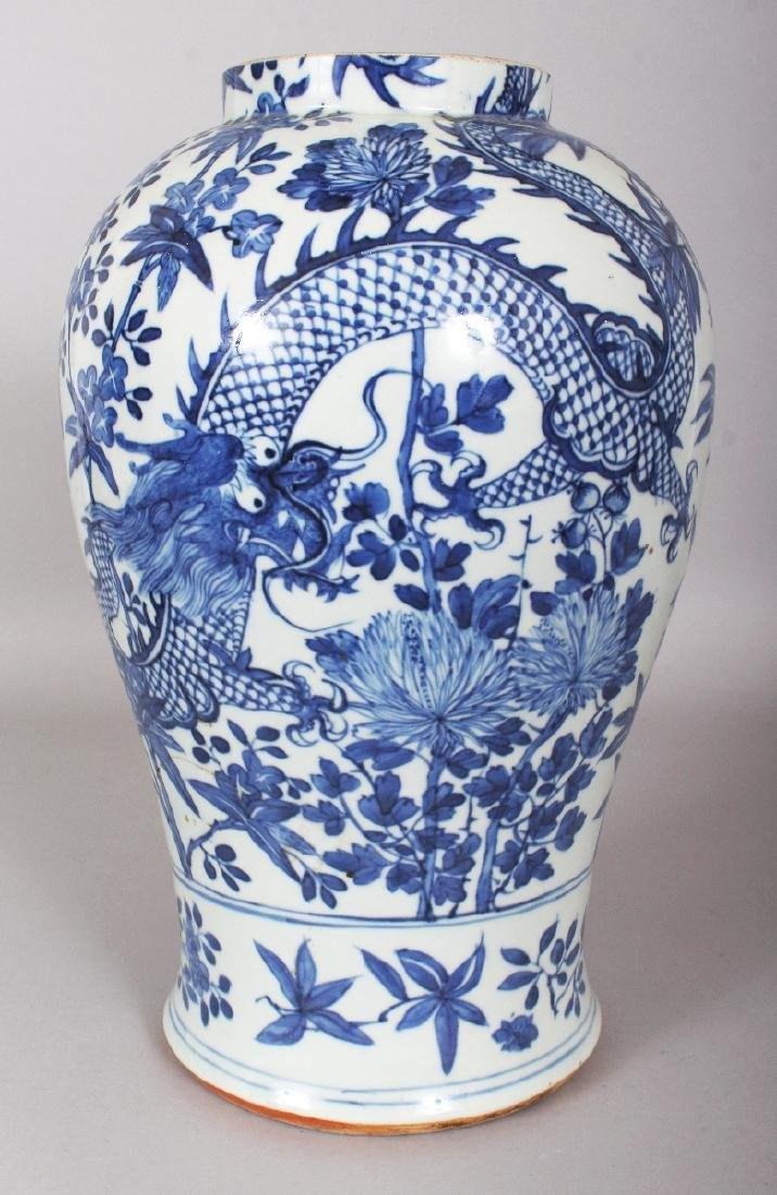A 19TH CENTURY CHINESE BLUE & WHITE PORCELAIN DRAGON - 2