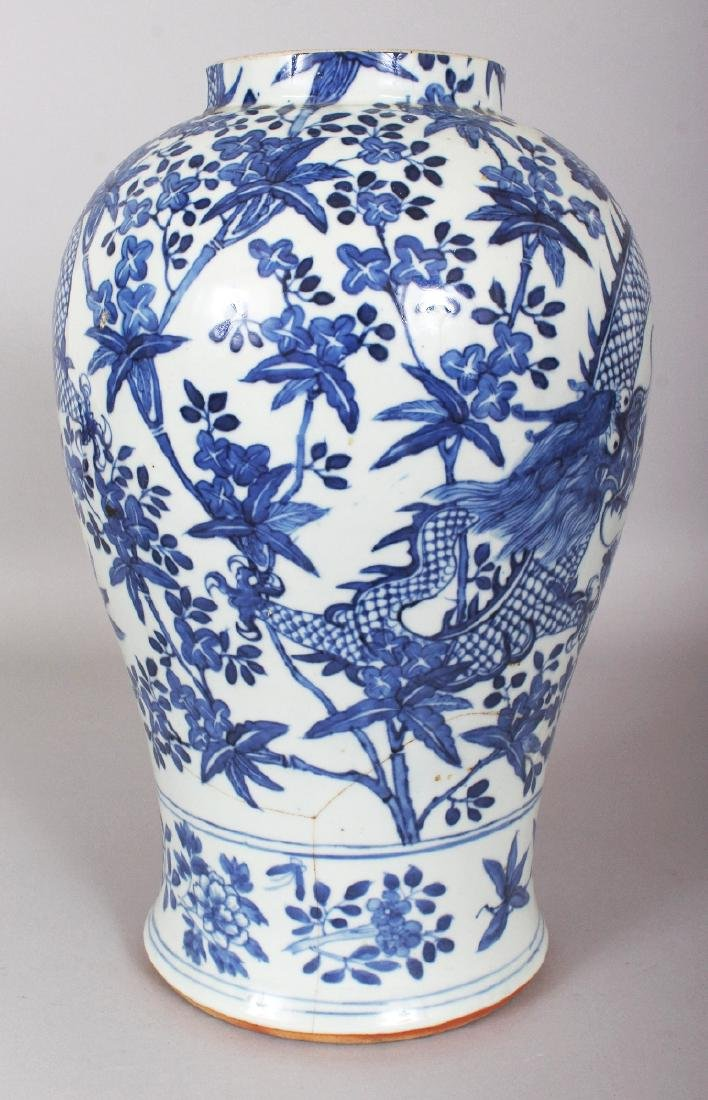 A 19TH CENTURY CHINESE BLUE & WHITE PORCELAIN DRAGON - 3