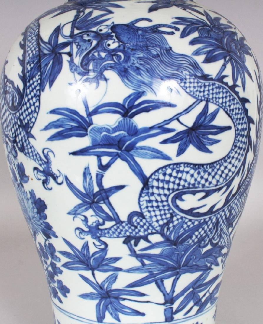 A 19TH CENTURY CHINESE BLUE & WHITE PORCELAIN DRAGON - 5