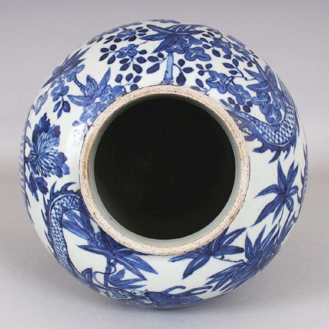 A 19TH CENTURY CHINESE BLUE & WHITE PORCELAIN DRAGON - 6