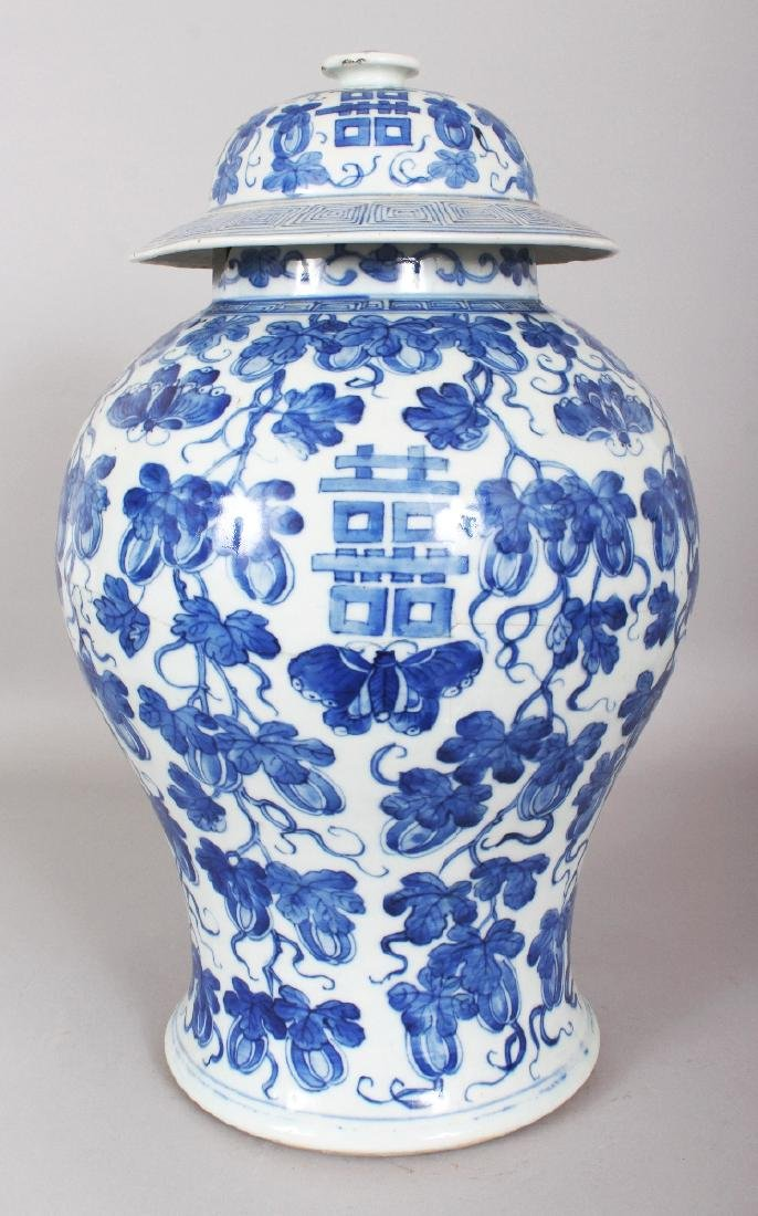 A LARGE 19TH CENTURY CHINESE BLUE & WHITE BALUSTER