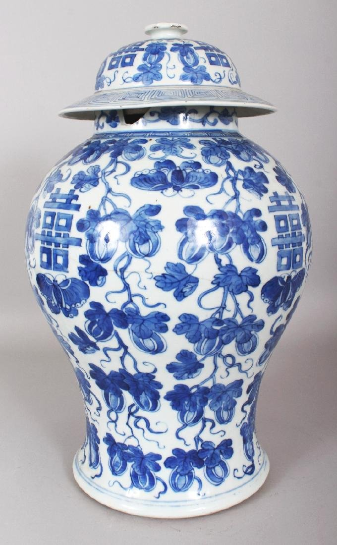 A LARGE 19TH CENTURY CHINESE BLUE & WHITE BALUSTER - 2
