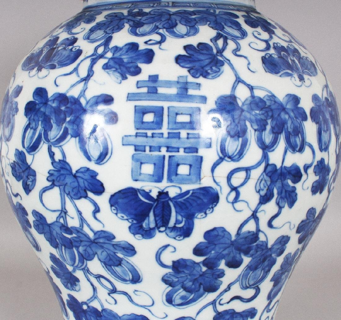 A LARGE 19TH CENTURY CHINESE BLUE & WHITE BALUSTER - 3