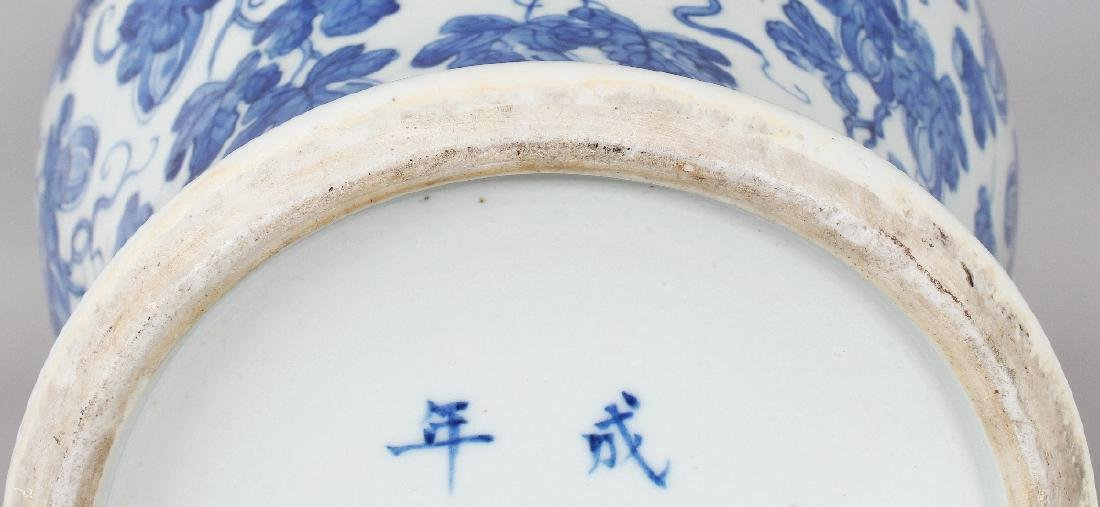 A LARGE 19TH CENTURY CHINESE BLUE & WHITE BALUSTER - 7