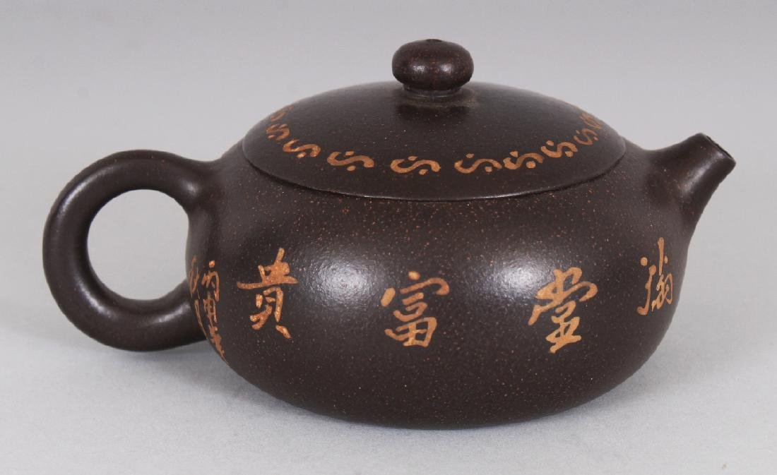 A CHINESE YIXING POTTERY TEAPOT & COVER, the sides - 3