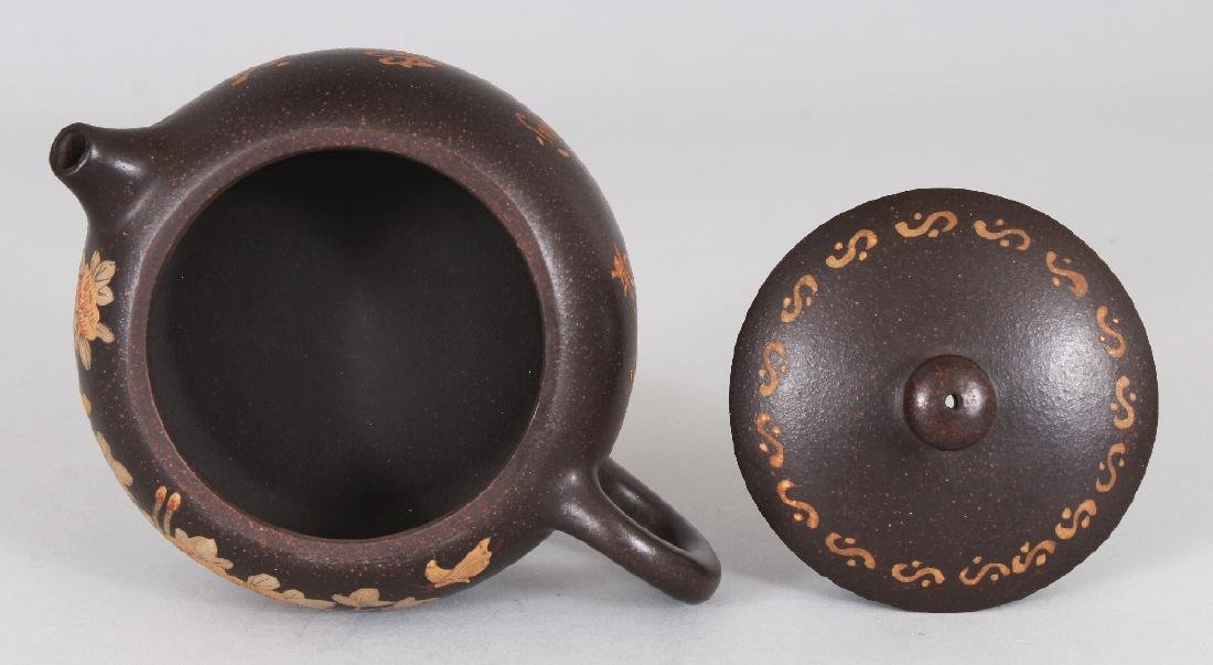 A CHINESE YIXING POTTERY TEAPOT & COVER, the sides - 7